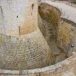 Ров, окружающий крепость